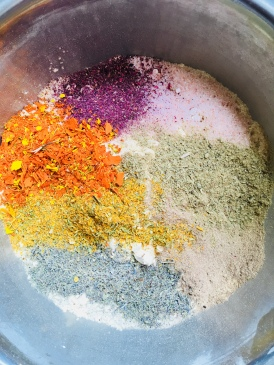 Mélange de rose, calendula, farine de pois chiche, farine de riz, bala, tilleul, lavande, camomille, neem, sel d'Himalaya.